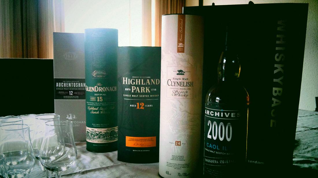 De whisky, toebehoren & presentatie zijn gereed voor de proeverij. #whiskybase.com @ 28-07-2012 19:37u